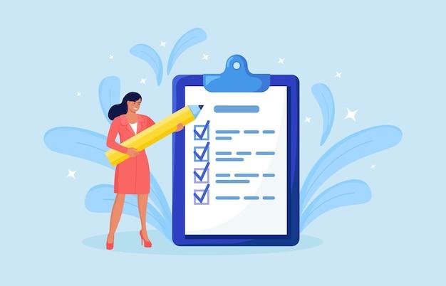Женщина стоит рядом с большим списком дел и заполняет флажок. план выполнен, задача выполнена. месячное планирование, тайм-менеджмент. ежедневный контрольный список