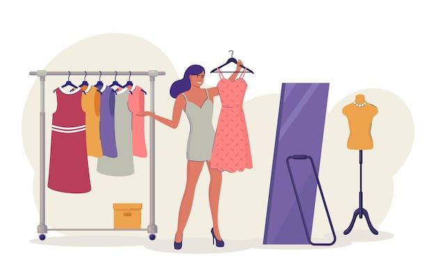 Женщина примеряет новое платье в магазине