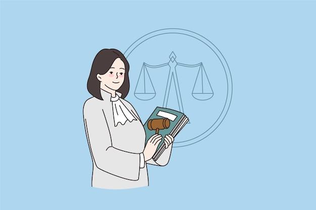 여성 판사는 헌법과 망치를 들고 포즈를 취합니다.