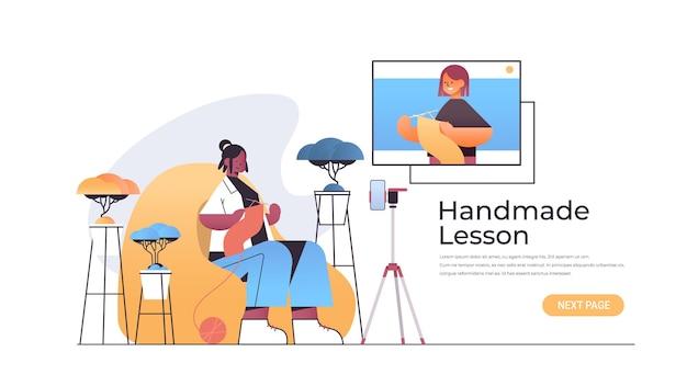 オンラインのウェブブラウザウィンドウで女教師とビデオコースを見ながら編み物を学ぶ女性