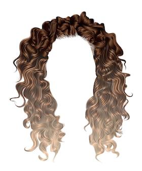 Женщина длинных вьющихся волос окрашивает мелирование,.