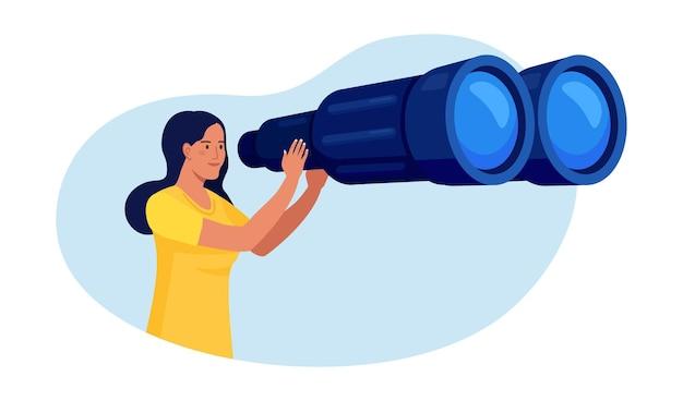 큰 쌍안경을 통해 멀리 앞을 보고 있는 여자가 뭔가를 찾고 있습니다. 소녀는 누군가를 면밀히 관찰하고 있습니다. 젊은 여성이 안경을 쓰고 여행 중입니다.