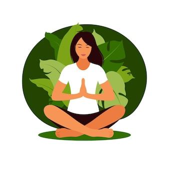 Женщина медитирует на природе. концепция медитации, расслабление, отдых, здоровый образ жизни, йога. женщина в позе лотоса ..