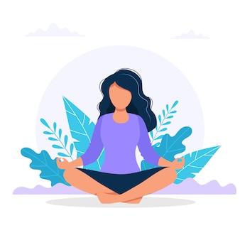 Женщина медитирует на природе.