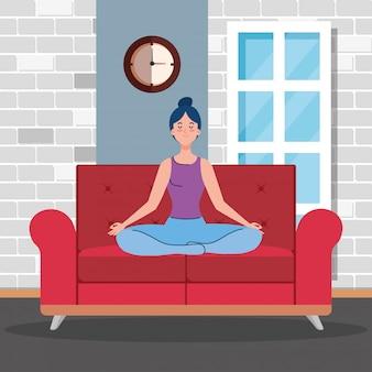 ソファに座って、リビングルームで瞑想の女性