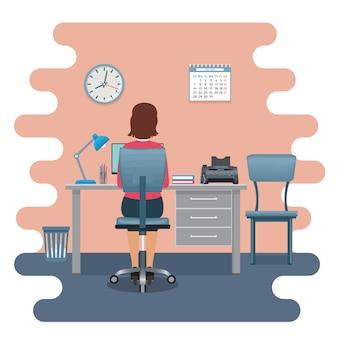 ノートパソコンとテーブルに背を向けて座っている職場の女性会社員。