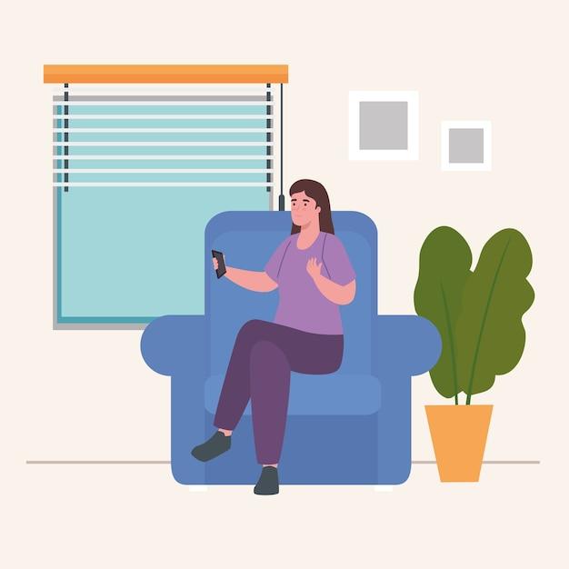 Женщина на стуле с контролем дома дизайн деятельности и досуга