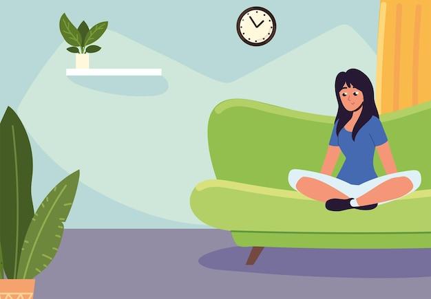 自宅のソファの上の女性