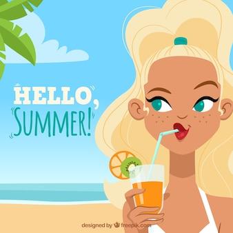 Женщина на пляже, пить апельсиновый сок