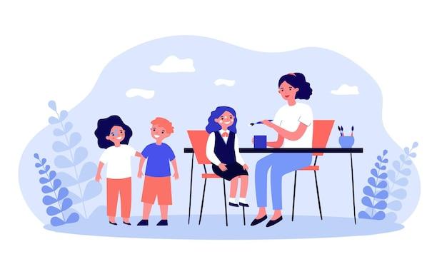 테이블에 앉아 있는 아이들의 얼굴을 그리는 여자. 평면 벡터 일러스트 레이 션. 어린이, 소녀, 소년은 어머니나 교사로부터 얼굴에 그림을 그립니다. 기쁨, 얼굴 예술, 그림, 어린 시절 개념
