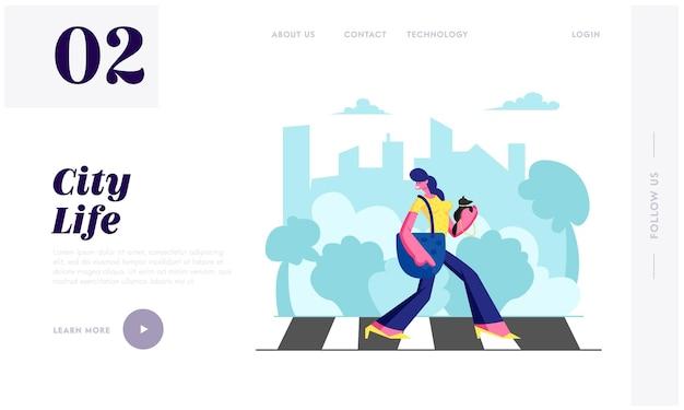 Женщина-пешеход с собакой в руках, идущая по пешеходному переходу в большом оживленном мегаполисе, образ жизни горожанки, свободное время, движение. целевая страница веб-сайта, веб-страница. мультфильм плоский векторные иллюстрации