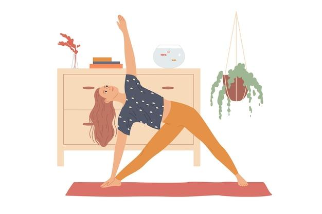 여성은 옆으로 구부리고 손을 들어 삼각형 포즈, 세 모서리 또는 trikonasana로 요가 운동을 수행합니다.