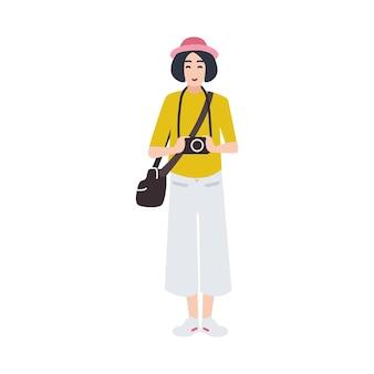 写真カメラを持って写真を撮る女性写真家。創造的な職業または職業。白い背景で隔離のかわいい女性の漫画のキャラクター。フラットスタイルの色付きベクトルイラスト。