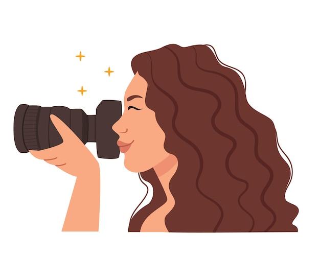 Женщина-фотограф с фотоаппаратомкрасивая женщина-фотожурналистмодель делает фотоженщина в профиль