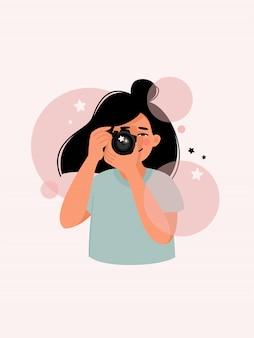 Женщина фотографирует с камерой