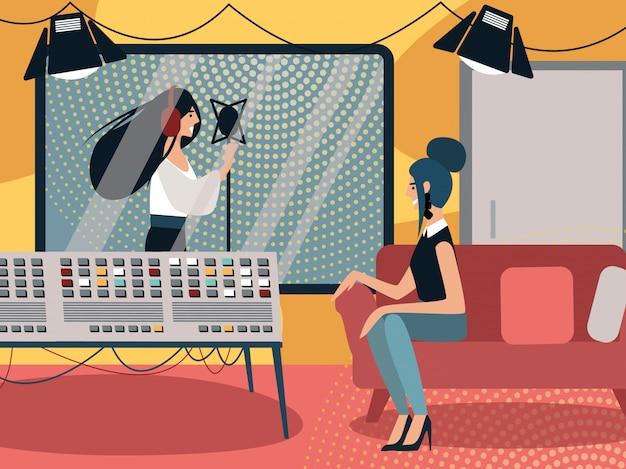Женщина-продюсер сидит в музыкальной студии звукозаписи