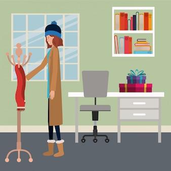 ハンガーにスカーフを置く女性