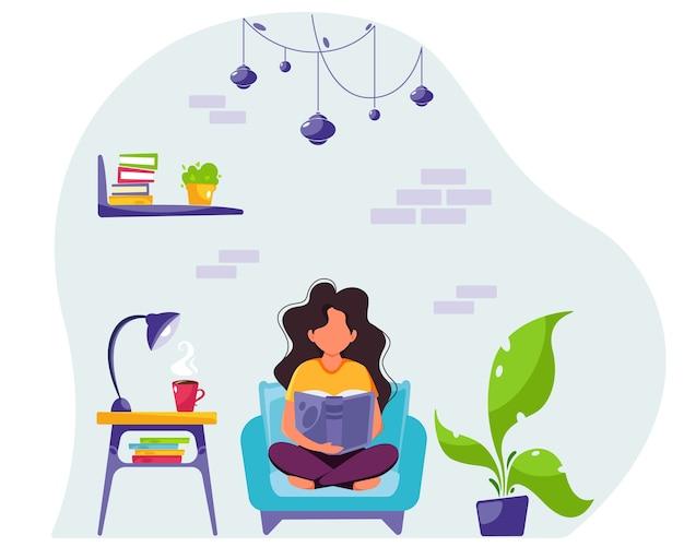 Женщина, читающая книгу в кресле