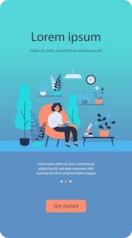 Женщина, читающая книгу в домашнем саду и сидя в кресле, изолировала квартиру
