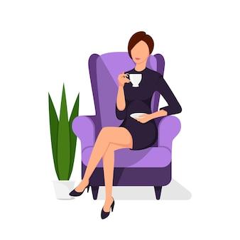 Женщина расслабляется на стуле с бокалом напитка