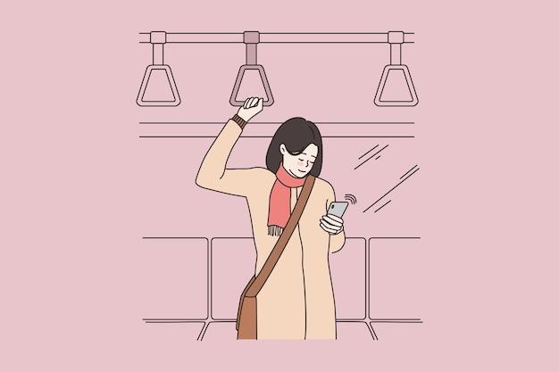 지하철에서 여자 타고 스마트폰 장치 사용