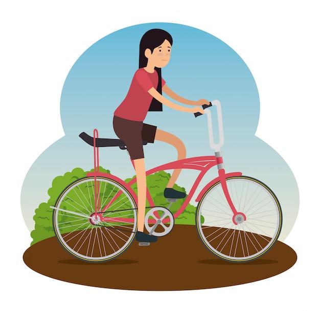 Женщина езда на велосипеде, чтобы делать упражнения