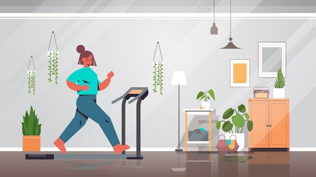 Женщина бег на беговой дорожке у себя дома девушка с тренировки кардио фитнес тренировка здоровый образ жизни дом спорт интерьер полная длина иллюстрации
