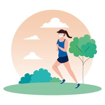 Женщина бежит носить медицинскую маску в парке, профилактика коронавирусной инфекции 19