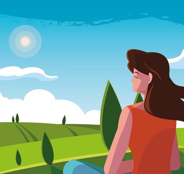 Женщина сидит, наблюдая пейзажную природу