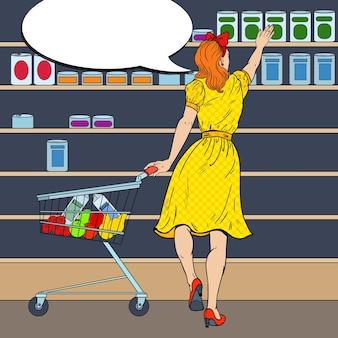 Женщина, делающая покупки в супермаркете