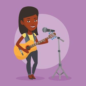 Женщина поет в микрофон и играть на гитаре.
