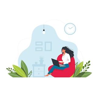 여자는 오토만에 앉아 노트북에서 작동합니다. 노트북을 가진 젊은 여자는 큰 pouf에 앉는다. 사무실이나 집에서 편안한 작업의 개념. 벡터. 프리랜서 또는 공부 개념. 홈 오피스 개념