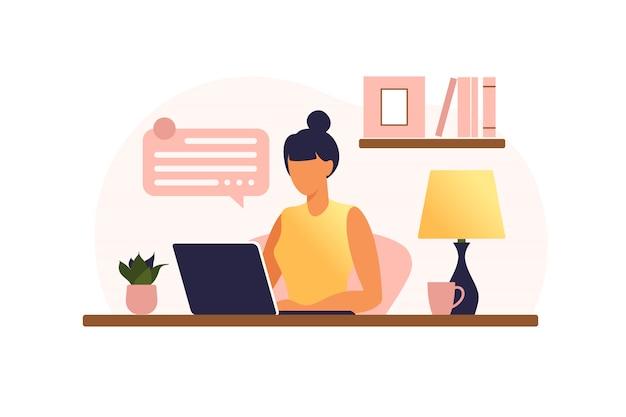 Женщина сидит за столом с ноутбуком. работаю на компьютере. внештатный, онлайн-образование или концепция социальных медиа. работа на дому, удаленная работа. плоский стиль иллюстрации.