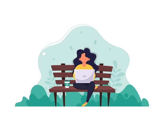 Женщина, сидящая на скамейке с ноутбуком и кофе. понятие удаленной работы, фриланса, электронного обучения. в плоском стиле.