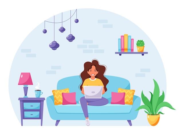 소파에 앉아 노트북 작업을 하는 여성 프리랜서 홈 오피스