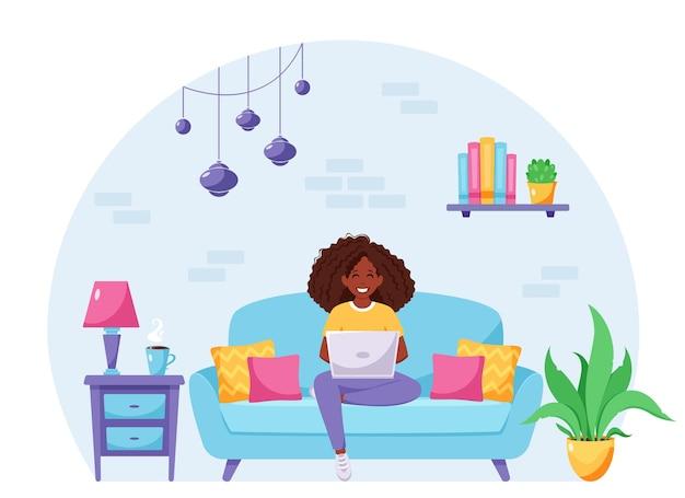 노트북과 함께 소파에 앉아있는 여자 프리랜서 홈 오피스