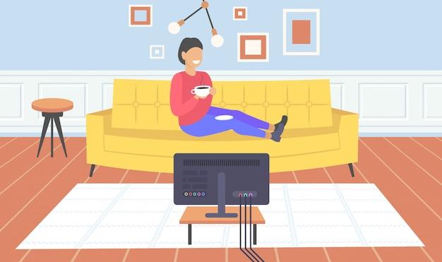 現代的なリビングルームインテリアホームモダンなアパートメント水平全長を楽しんでコーヒーを飲みながらテレビの女の子を見てソファに座っている女性