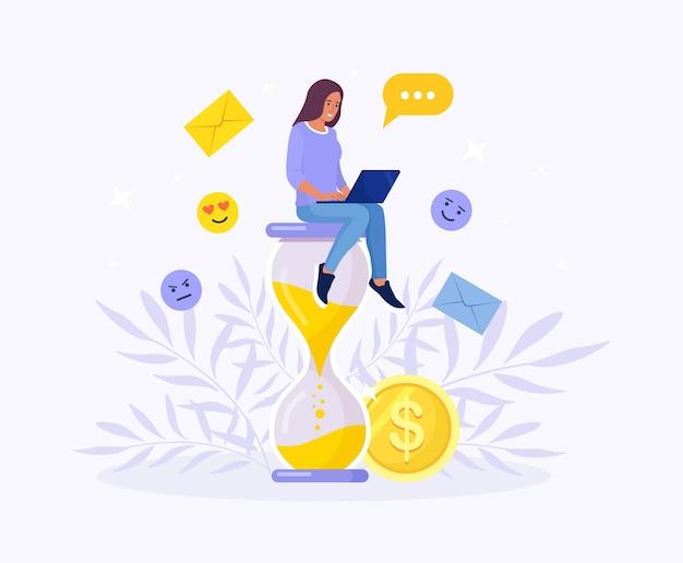 모래 시계에 앉아서 노트북에서 작업 하는 여자. 시간 관리, 생산적인 작업을 위한 효과적인 계획, 스트레스가 많은 작업, 마감일, 카운트다운. 효율성 작업 시간. 멀티태스킹 개념