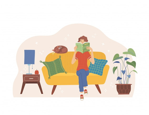 ソファーに座って本を読む女性