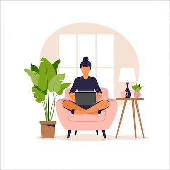 Женщина сидит на диване с ноутбуком. работаю на компьютере. внештатный, онлайн-образование или концепция социальных медиа. работа на дому, удаленная работа. плоский стиль иллюстрации.