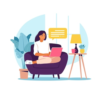 Женщина, сидящая на диване с ноутбуком. работаю на компьютере. фриланс, онлайн-образование или концепция социальных сетей. работа из дома, удаленная работа. плоский стиль. иллюстрация.