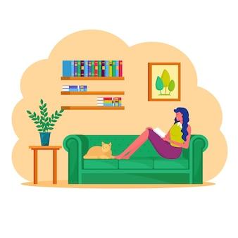 タブレットpcが付いているソファーに座っている女性。フリーランサーは自宅で仕事をします
