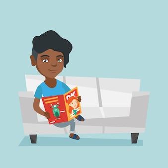 Женщина сидит на диване и читает журнал.