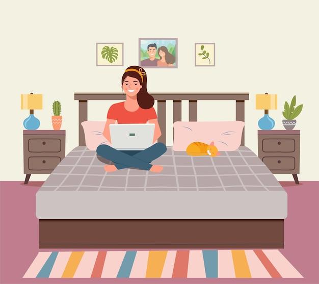 Женщина, сидящая на диване с ноутбуком