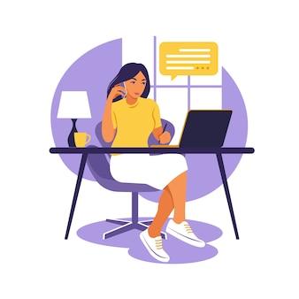 Женщина сидит за столом с ноутбуком и телефоном. работаю на компьютере. фриланс, онлайн-образование или концепция социальных сетей. изучение концепции. плоский стиль.