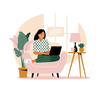 노트북 및 휴대 전화와 함께 테이블에 앉아 여자입니다. 컴퓨터에서 작업. 프리랜서, 온라인 교육