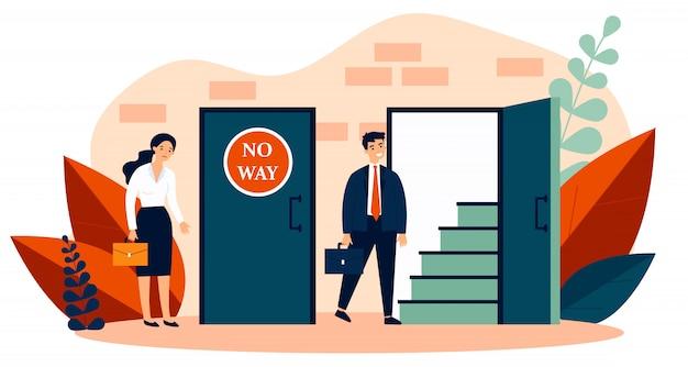 閉じたドアと開いている1つに入る男の近くに立っている女性