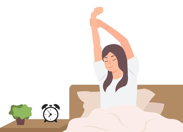 Женщина, растягивающаяся после сна, отдыхает в постели в прекрасное утро