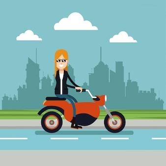 オートバイの都市の背景を駆動する女性のサングラス