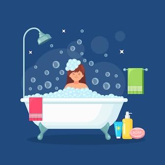 Женщина принимает ванну в ванной. вымойте тело с шампунем и мылом. ванна, полная пены с пузырьками.